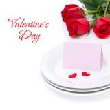 Kort för lyckönskan på en platta och rosor för valentin dag Royaltyfri Fotografi