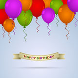 Kort för lycklig födelsedag med ballons och bandet Arkivfoto