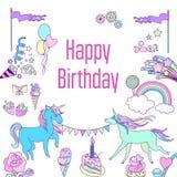 Kort för lycklig födelsedag med enhörningen, kakan, ballons, blomman och jordgubben Arkivfoto