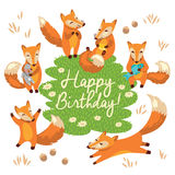 Kort för lycklig födelsedag med gulliga rävar i vektor Royaltyfria Foton