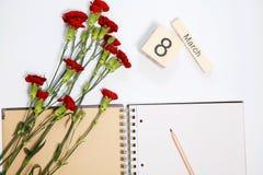 8 kort för mars - persikarosor över kalendern med det inramade 8 datumet för mars Royaltyfria Foton