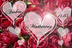Kort för moder för form för hjärta för lycklig för moder` s text för dag tysk dekorativt blom- med röda rosor Fotografering för Bildbyråer