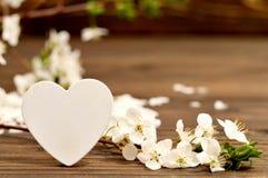 Kort för moderdag: Dekorativa hjärta- och vårblommor Fotografering för Bildbyråer