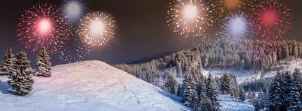 Kort för nytt år, nytt års helgdagsaftonbakgrund, plats med färgrikt, partifyrverkeri på himlen, royaltyfria bilder