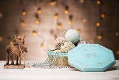 Kort för nytt år med bollar för julhjorttappning fotografering för bildbyråer