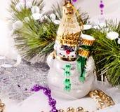 Kort för nytt år med den härliga snowmanen Royaltyfria Foton