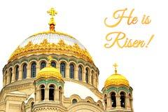 Kort för påsk med kyrkan Arkivfoto