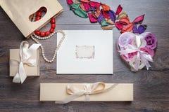 Kort för ram eller för hälsning för valentindagfoto och handgjorda hjärtor över trätabellen Royaltyfria Foton