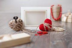 Kort för ram eller för hälsning för valentindagfoto och handgjorda hjärtor över trätabellen Royaltyfri Foto