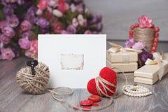 Kort för ram eller för hälsning för valentindagfoto och handgjorda hjärtor över trätabellen Arkivbilder
