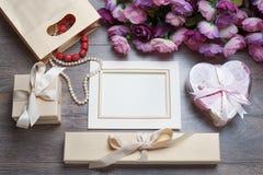 Kort för ram eller för hälsning för valentindagfoto och handgjorda hjärtor över trätabellen Arkivfoto