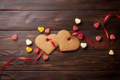 Kort för valentindaghälsning med hjärtakakor Royaltyfri Foto