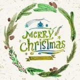 Kort för vattenfärgjulhälsning med kransen av järnekris och glad jul för text Vattenfärgkonst white för juldekorisolering Arkivfoton