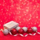 Kort för glad jul och för lyckligt nytt år med den röd och silverbollen Arkivbild