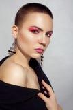 Kort hår för härlig Woman för modemodell brunett och röda ögonlock arkivbild