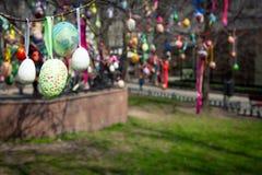 kort lyckliga easter Färgrika handgjorda påskägg dekorerade stadsgator och parkerar arkivbilder