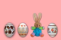 kort lyckliga easter Färgrika skinande easter ägg och kanin på isolerad rosa bakgrund Kopiera utrymme för text Arkivbilder