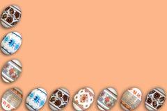 kort lyckliga easter Färgrika skinande easter ägg på beige bakgrund Kopiera utrymme för text Arkivfoto