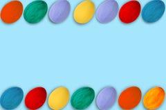 kort lyckliga easter Färgrika skinande easter ägg på blå bakgrund Kopiera utrymme för text Royaltyfria Bilder