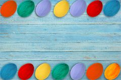 kort lyckliga easter Färgrika skinande easter ägg på blå trätabellbakgrund Kopiera utrymme för text Royaltyfria Bilder