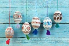 kort lyckliga easter Färgrika skinande easter ägg på blå trätabellbakgrund Kopiera utrymme för text Arkivfoton