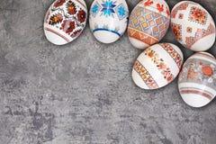 kort lyckliga easter Färgrika skinande easter ägg på grå trätabellbakgrund Kopiera utrymme för text Arkivfoton