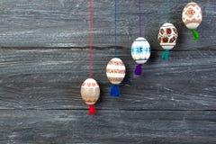kort lyckliga easter Färgrika skinande easter ägg på grå trätabellbakgrund Kopiera utrymme för text Royaltyfri Fotografi
