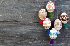 kort lyckliga easter Färgrika skinande easter ägg på grå trätabellbakgrund Kopiera utrymme för text Arkivbilder