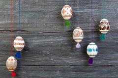 kort lyckliga easter Färgrika skinande easter ägg på grå trätabellbakgrund Kopiera utrymme för text Royaltyfria Bilder