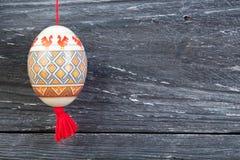 kort lyckliga easter Färgrika skinande easter ägg på grå trätabellbakgrund Kopiera utrymme för text Arkivbild