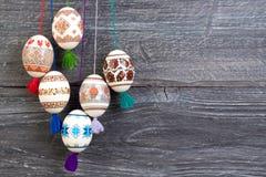 kort lyckliga easter Färgrika skinande easter ägg på grå trätabellbakgrund Kopiera utrymme för text Royaltyfria Foton