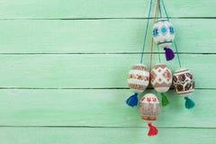 kort lyckliga easter Färgrika skinande easter ägg på grön trätabellbakgrund Kopiera utrymme för text Arkivfoto