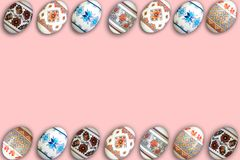kort lyckliga easter Färgrika skinande easter ägg på rosa bakgrund Kopiera utrymme för text Arkivbilder