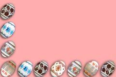 kort lyckliga easter Färgrika skinande easter ägg på rosa bakgrund Kopiera utrymme för text Arkivbild
