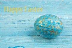 kort lyckliga easter Färgrika skinande easter ägg på träbakgrund Kopiera utrymme för text Royaltyfri Fotografi