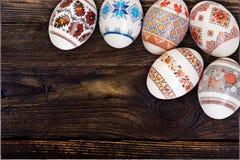 kort lyckliga easter Färgrika skinande easter ägg på trätabellbakgrund Kopiera utrymme för text Royaltyfri Bild