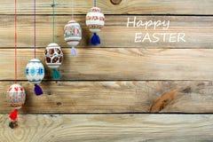 kort lyckliga easter Färgrika skinande easter ägg på trätabellbakgrund Kopiera utrymme för text Royaltyfria Foton
