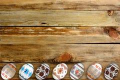 kort lyckliga easter Färgrika skinande easter ägg på trätabellbakgrund Kopiera utrymme för text Fotografering för Bildbyråer