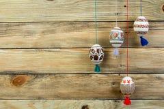 kort lyckliga easter Färgrika skinande easter ägg på trätabellbakgrund Kopiera utrymme för text Arkivbilder