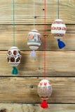 kort lyckliga easter Färgrika skinande easter ägg på trätabellbakgrund Kopiera utrymme för text Royaltyfri Fotografi