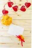 Kort med den tomma bokstaven och kakor i Shape av hjärta Arkivfoto