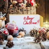 Kort med glad jul för text på Retro gran T för bokstav och för strålkastare Arkivfoton
