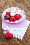 Kort med meddelandeförälskelse dig och chokladgodis Arkivfoto