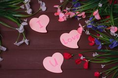 Kort med meddelandeförälskelse dig på bokstaven på träbakgrund Royaltyfri Foto