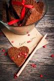 Kort med meddelandeförälskelse dig och chokladkakor Arkivfoton