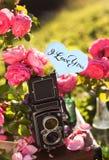 Kort med meddelandet 'förälskelse dig' som är handskriven Royaltyfri Foto