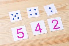 Kort med nummer och prickar Studien av nummer och matematik Royaltyfri Bild