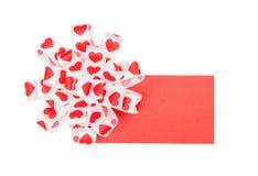 Kort med pilbågen från bandhjärtor för dag för St-valentin` s Arkivfoton