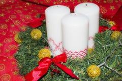 Kort med stearinljus och garneringar för det nya året Fotografering för Bildbyråer