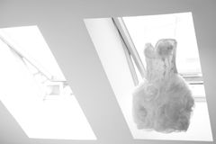 Kort modern bröllopsklänning Fotografering för Bildbyråer